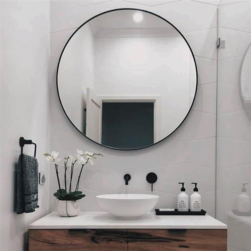 Круглое зеркало в черной раме
